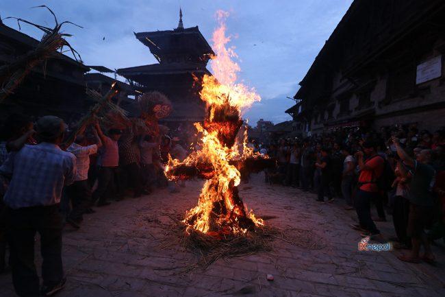 घण्टाकर्ण राक्षस जलाउँदै यसरी मनाईयो घण्टाकर्ण अर्थात् गठामुग पर्व (फोटोफिचर)