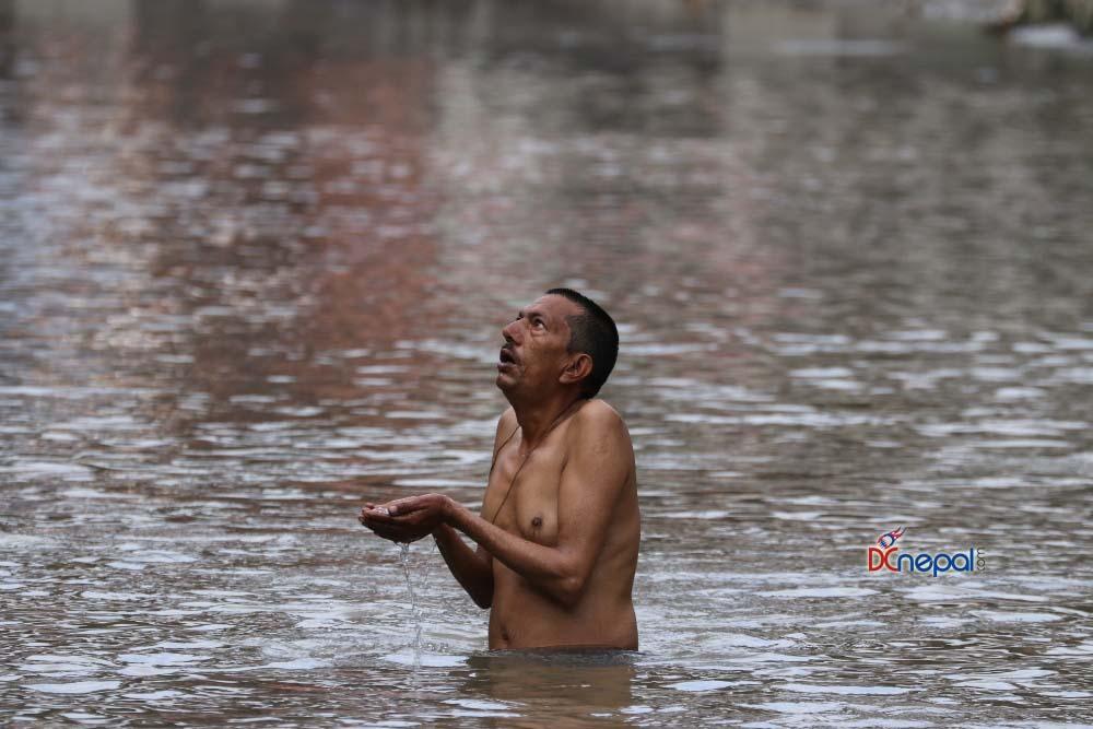 बागमती नदीमा स्नान गर्दै भक्तजन