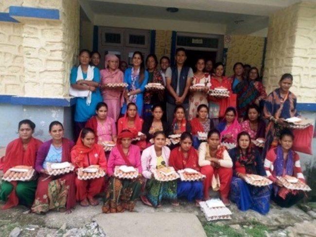 गाउँपालिकाद्वारा गर्भवती महिलालाई नुन र अण्डा वितरण