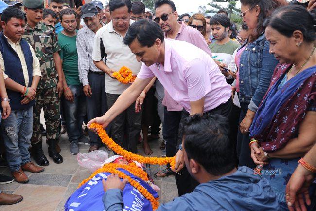 अलविदा पर्दाकी आमा ! सुभद्रा अधिकारीको अन्त्येष्टिमा शोकमग्न आर्यघाटका ११ तस्वीर