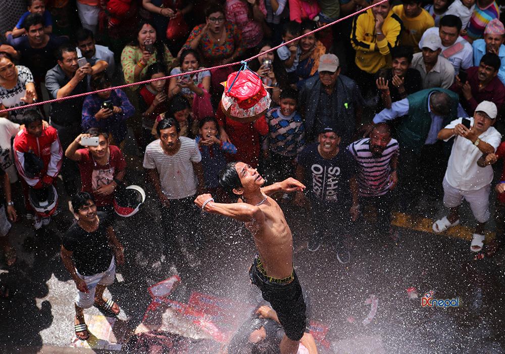 ११ तस्विरमा हेर्नुहोस् यसरी सम्पन्न भयो घैंटो फुटाउने प्रतियोगिता