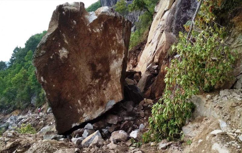 अविरल वर्षाका कारण भीमफेदी–कुलेखानी सडक अवरुद्ध