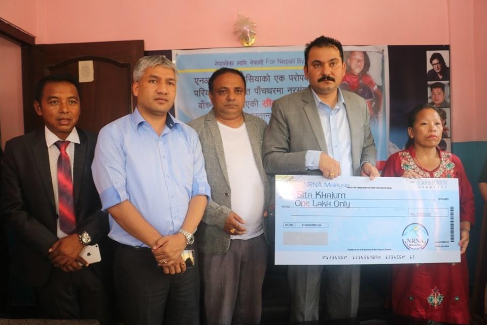पाँचथर हत्याकाण्डमा बाँच्न सफल बालिकालाई एनआरएनए मलेसियाको आर्थिक सहयोग