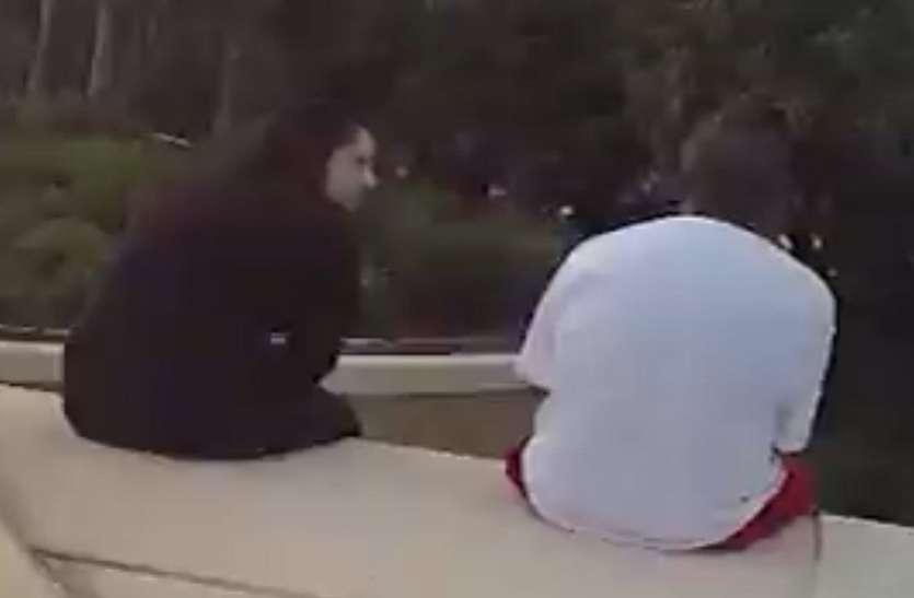 आत्महत्या गर्न हाइवेको पुलमा बसेका थिए युवक, अपरिचित महिलाको गीत सुनेपछि…(भिडियो)