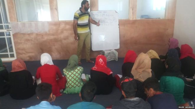 कश्मीर : विद्यालय बन्द छन्, तर कहाँ पढिरहेका छन् विद्यार्थी?