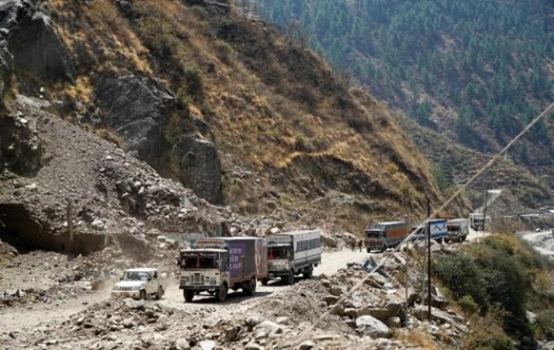 अबिरल वर्षाका कारण सडक भाँसिदा पासाङ ल्हामु राजमार्ग पूर्ण रुपमा बन्द