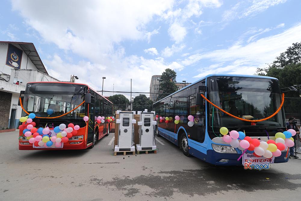 काठमाडौंमा गुड्न थाल्यो विद्युतीय बस (फोटोफिचर)