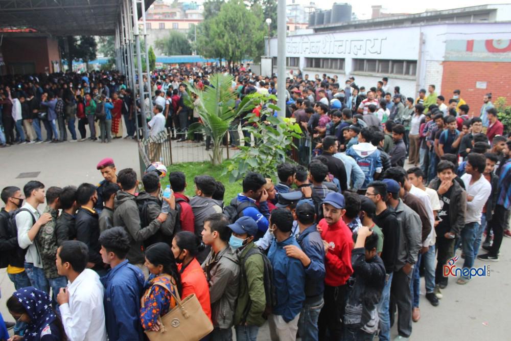 दशैँका लागि टिकट बुकिङ खुल्यो, नयाँ बसपार्कमा टिकट काट्नेको भीड (फोटो फिचर)