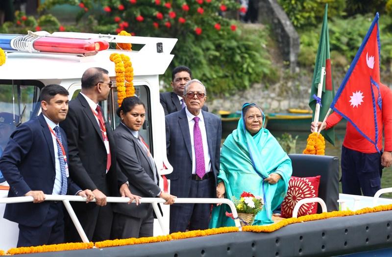 बङ्गलादेशका राष्ट्रपति हमिद पाेखरामा जलविहार गर्दै (फाेटाेफिचर)