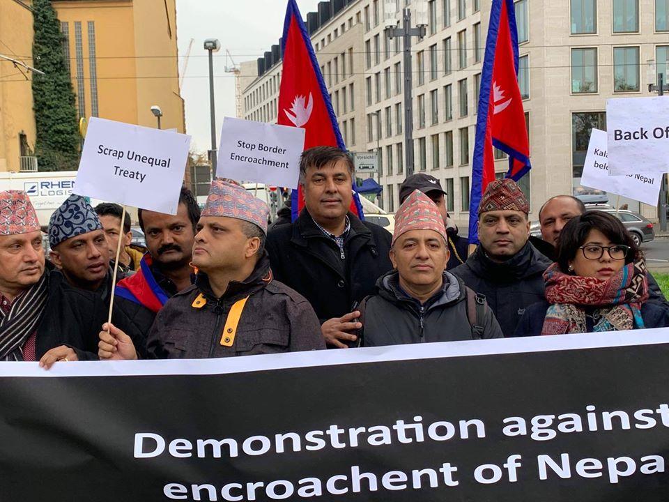 नयाँ नक्साप्रति जर्मनस्थित भारतीय दूतावासमा विरोध प्रदर्शन