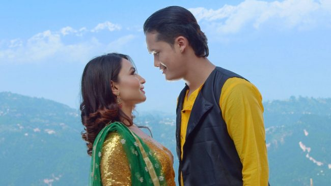 प्रचण्डकी नातिनी स्मिताको गीत 'चिटिक्कै परि बस'मा सरोज र आश्माको रोमान्स