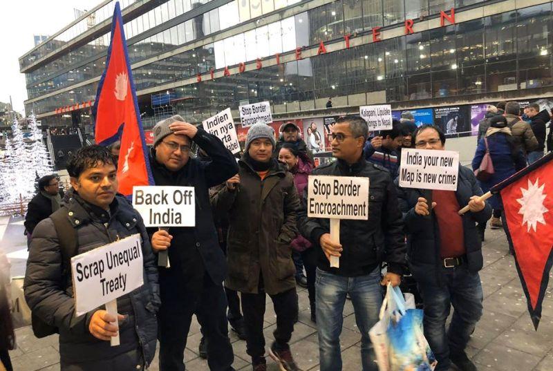 सीमा अतिक्रमणको विरोधमा गैरआवासीय नेपालीद्धारा स्विडेनको भारतीय दूतावास घेराउ