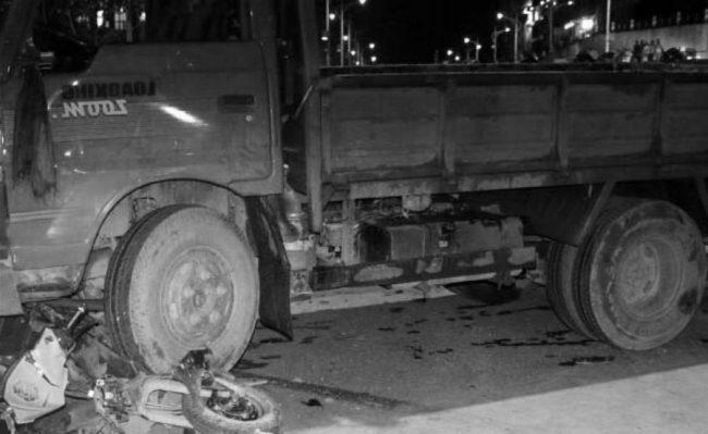 छोरालाई स्कुल पुर्याउन हिँडेका बाबुको ट्रकको ठक्करबाट घटनास्थलमै मृत्यु