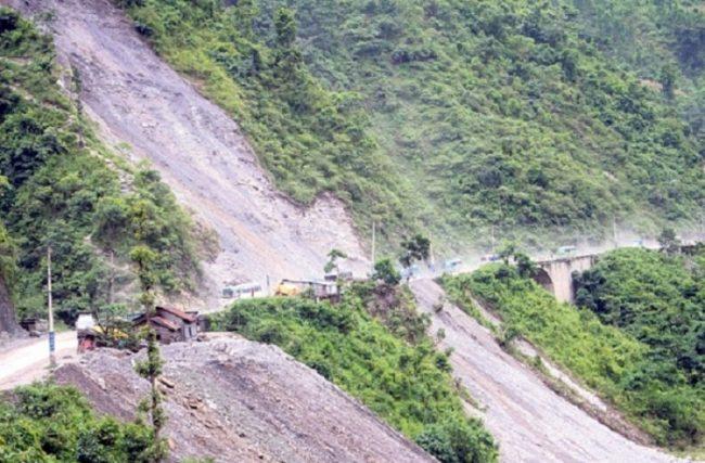 नारायणगढ–मुग्लिन सडकमा पहिरो रोक्ने काम तीव्र, साढे तीन महिनामा काम सकिने