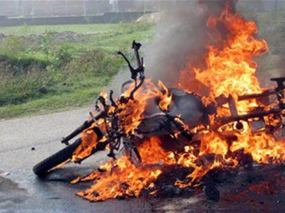 ट्राफिकले जरिवाना तिराएपछि रिसाएका विकासले आफ्नो मोटरसाइकलमा आगो लगाइदिए