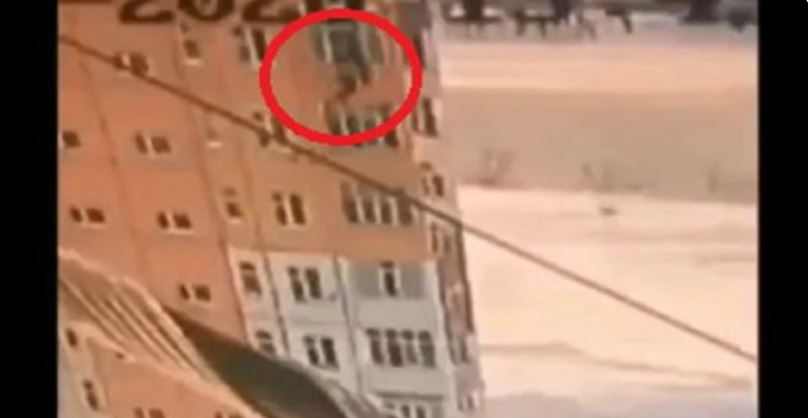 भिडियोः ९ तला माथिबाट ३ सेकेण्डमा भुइँमा खसिन् महिला त्यसपछि उठेर हिँडिन्