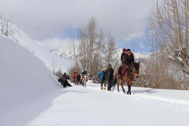 घोडा चढेर मुक्तिनाथ मन्दिर जाँदै तीर्थयात्री