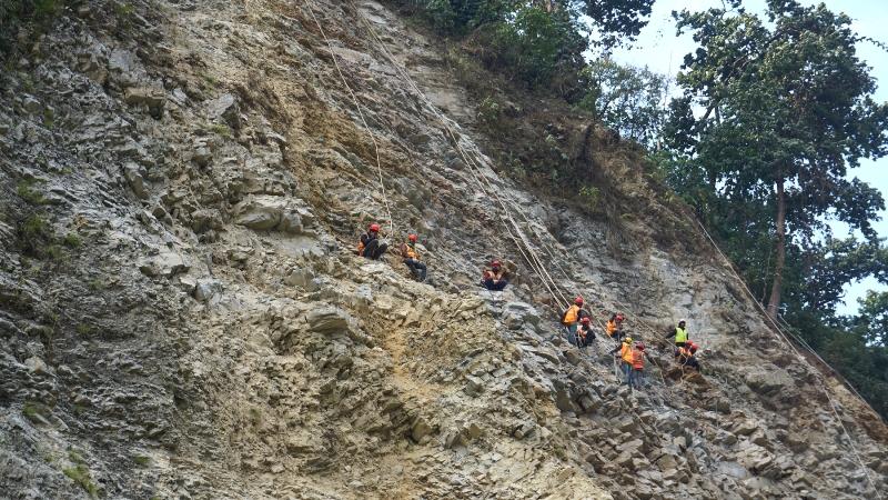 जोखिमको काम : चट्टान खोपेर पहिरो रोक्दै