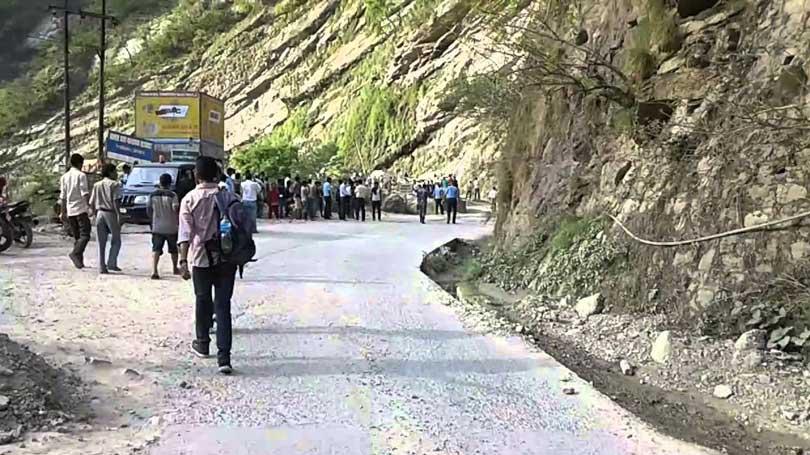 सिद्धबाबामा भारतीय ट्याङ्कर तेर्सिंदा सडक अवरुद्ध, यात्रु अलपत्र