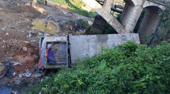 भैरहवाबाट चामल बोकेर पोखरा जाँदै गरेको ट्रक पुलबाट खस्यो
