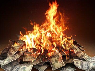 कुनै हालतमा श्रीमतीलाई पैसा दिन्न भन्दै यी व्यक्तिले जलाइदिए ११ करोड