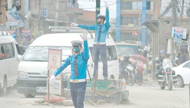 सवारी साधन र धुलोसँगै बित्छ ट्राफिक प्रहरीको दैनिकी
