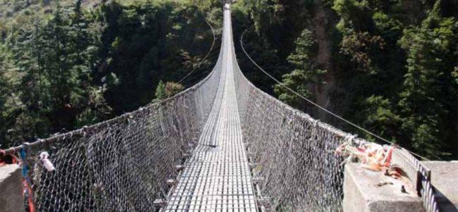 पक्की पुल हेर्दै झोलुङ्गेबाट तर्दै