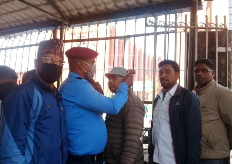 कोरोना कहरः बैंकदेखि अदालतसम्म स्यानिटाइजर र थर्मल स्क्रिनिङमा जोड (फोटोफिचर)