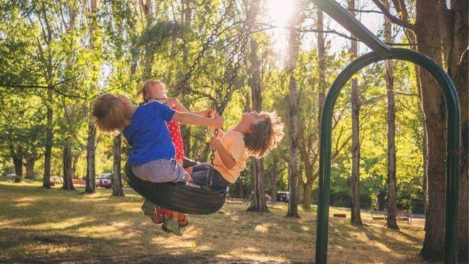 कोरोनाभाइरस: के बालबालिकालाई अरूसँग खेल्न दिनुपर्छ ?