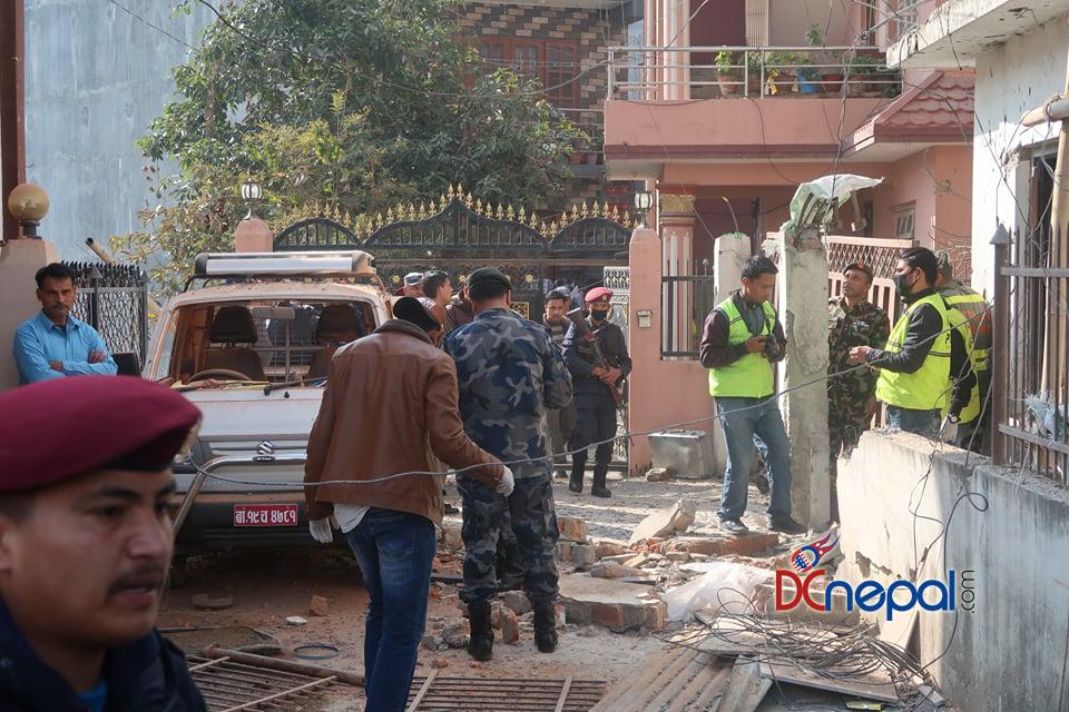 १५ तस्वीरमा हेर्नुहोस् पूर्व संचारमन्त्री गोकुल बाँस्कोटाको घरमा बम बिष्फोटपछिको अवस्था
