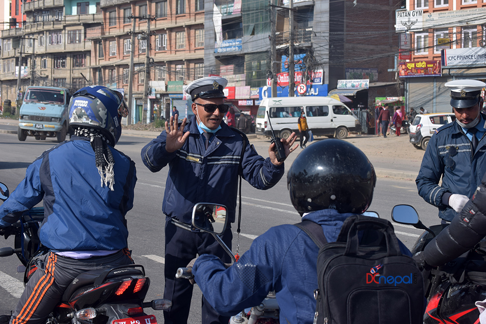 काठमाडौँमा होलीका दिन दिउँसै कडा ट्राफिक चेकिङ (फोटो फिचर)