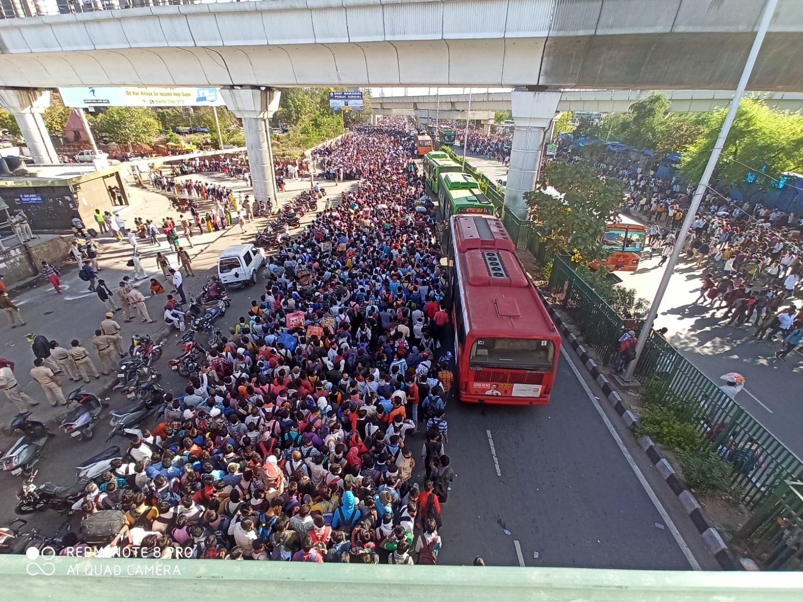 लकडाउनका बिच दिल्लीका बस पार्कहरुमा हजारौंको भीड