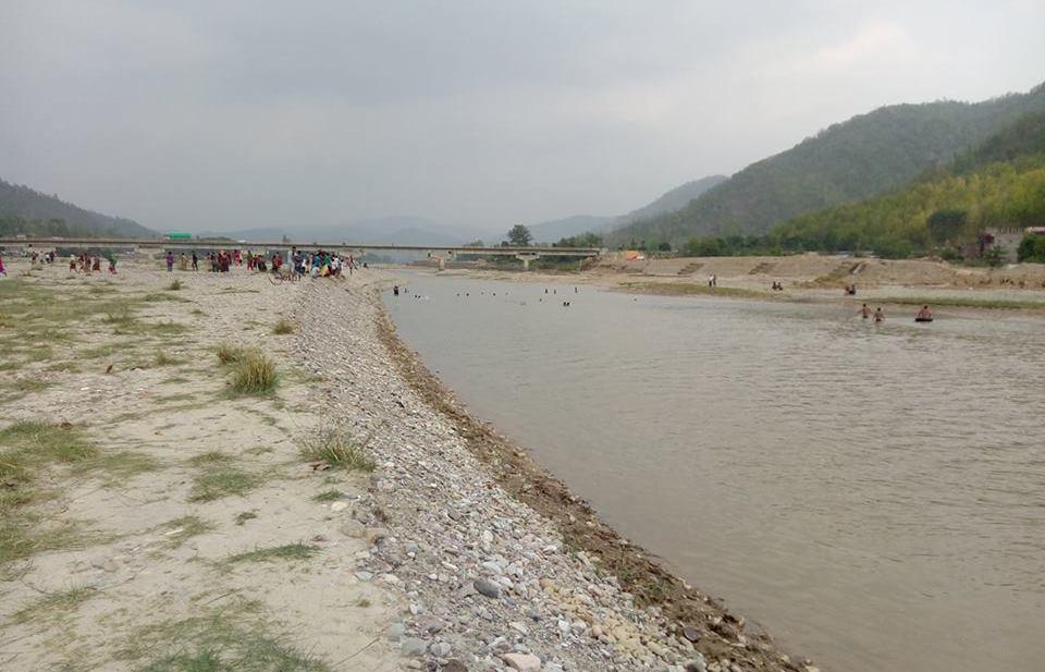 राप्ती नदीको पानी नेपालगञ्ज ल्याइँदै