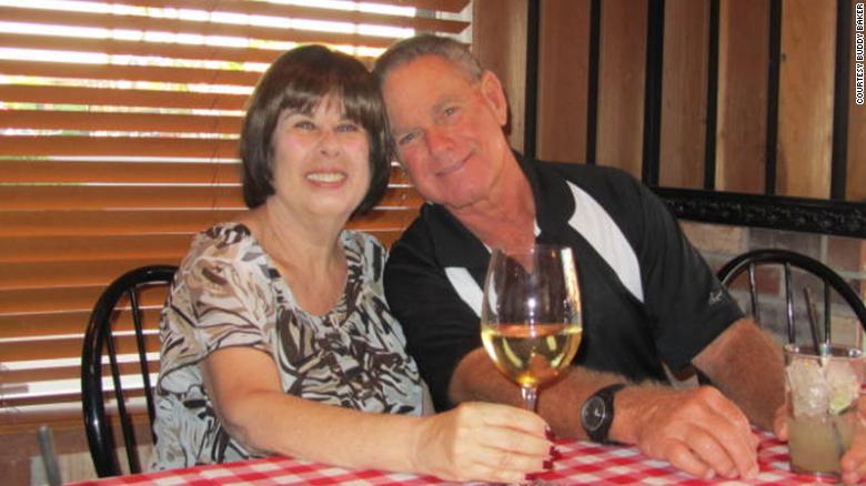कोरोनाभाइरसले ६ मिनेटको फरकमा लियो ५१ वर्षदेखिका पति–पत्नीको ज्यान
