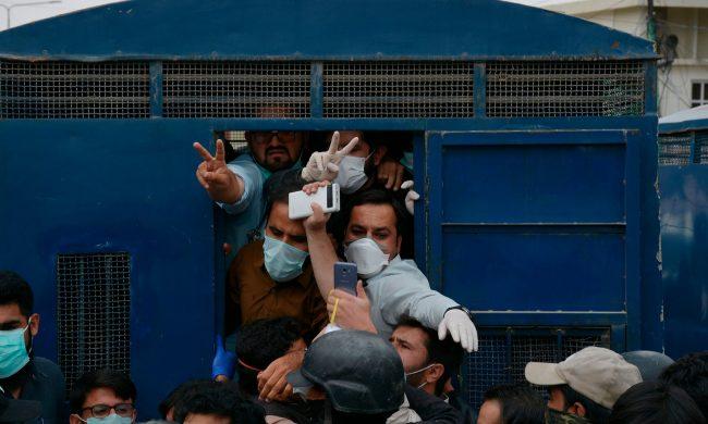 कोरोनाभाइरसः पीपीइ माग्दै प्रदर्शनमा उत्रिएका ५३ डाक्टर गिरफ्तार