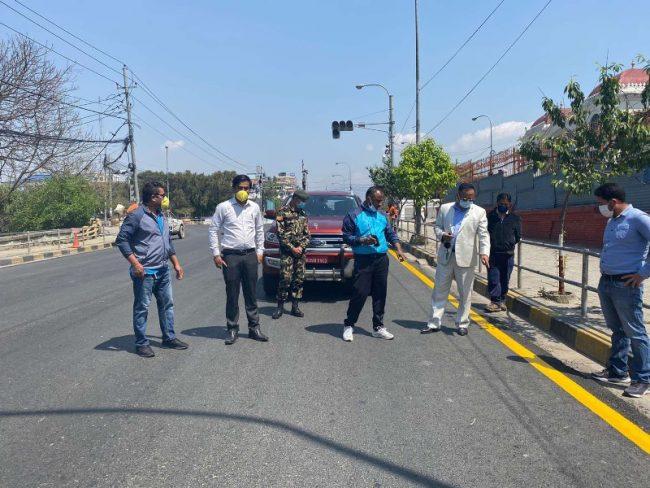 लकडाउनको सदुपयोगः यसरी हुँदैछ काठमाडौँमा सडक मार्किङ
