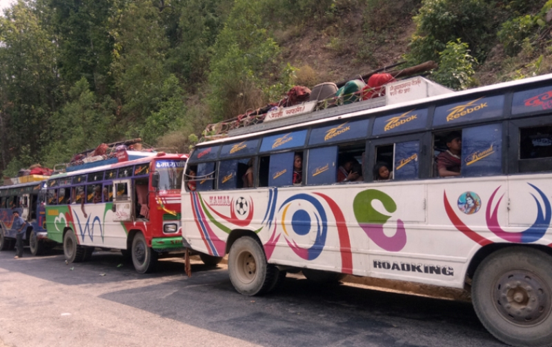 दिनभर रोकिए सुर्खेत–दैलेख सीमानामा १४ यात्रु बसहरु