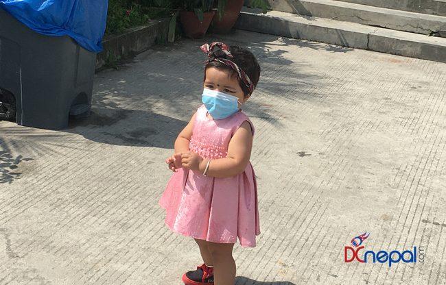 कोरोना त्रास : संक्रमणबाट बच्न मास्क लगाएकी बालिका (फाेटाे)