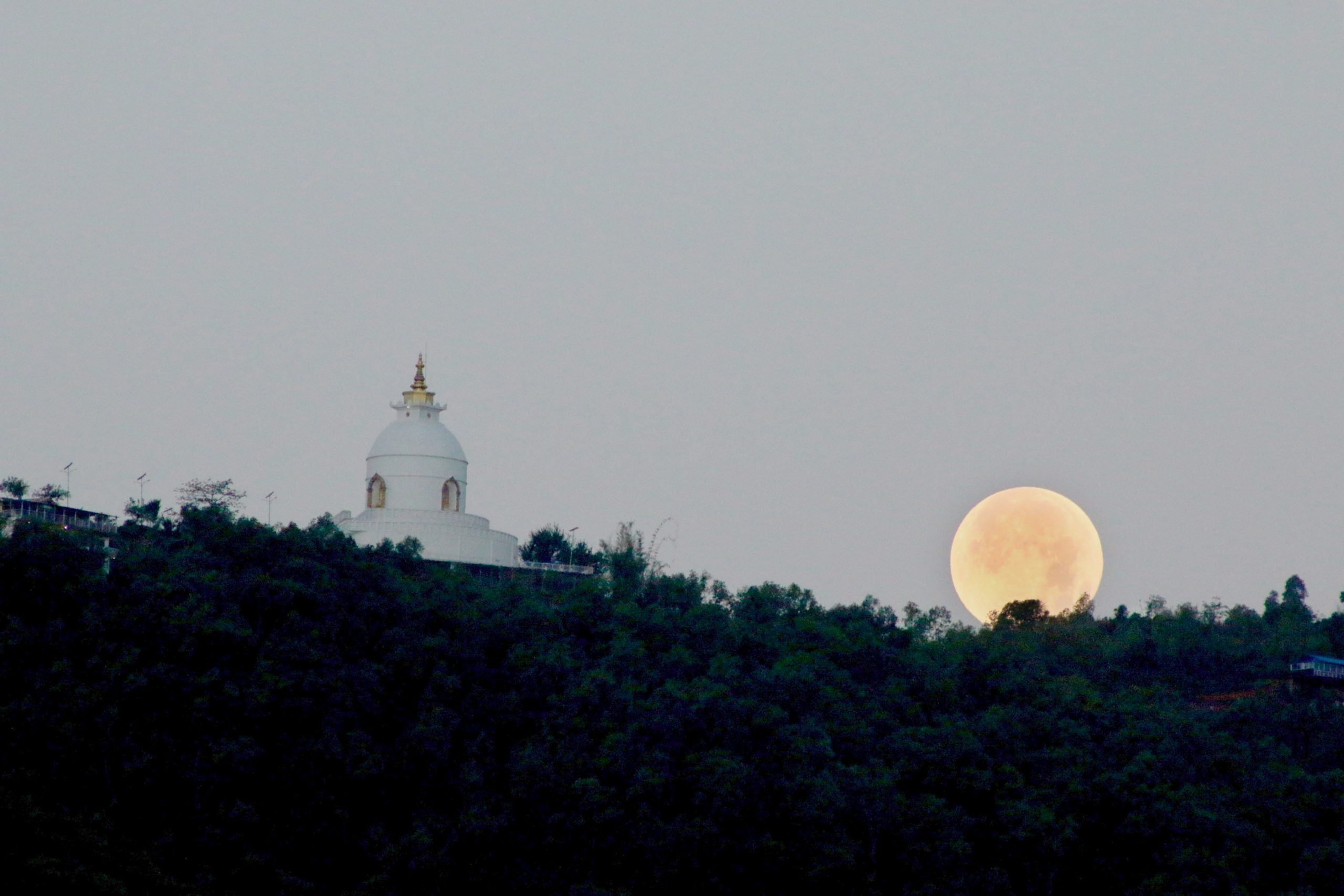 अस्ताउँदै चन्द्रमा