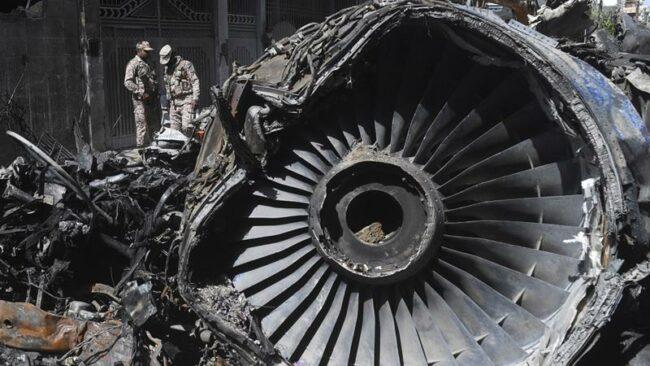 पाकिस्तान विमान दुर्घटनाः जलेको विमानको भग्नावशेषमा ३ करोड रुपैयाँ नगद भेटियो