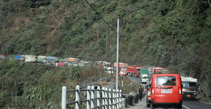 दुई सवारी एकापसमा ठोक्किएपछि नारायणगढ–मुग्लिन सडक अवरुद्ध