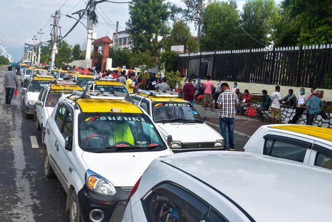 ट्याक्सी चलाउन पाउनु पर्ने माग गर्दै ट्याक्सी चालक सडकमा (फोटोफिचर)