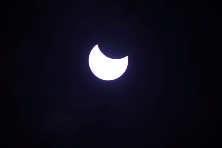 आइतबार लागेको सूर्य ग्रहण तस्वीरमा