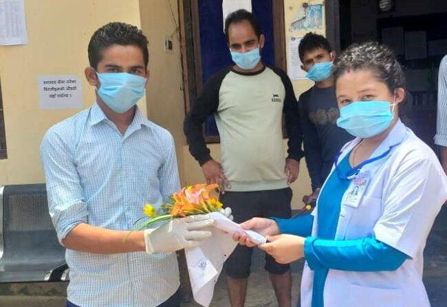 कोरोना जितेका युवालाई नर्सले फूल दिईन्, प्रहरीले हतकडी लगायो