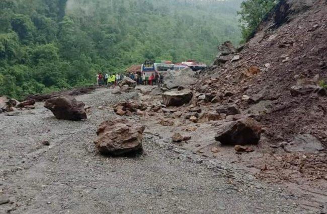 खाँडाचक्रमा पहिरो जाँदा कर्णाली राजमार्ग अवरुद्ध