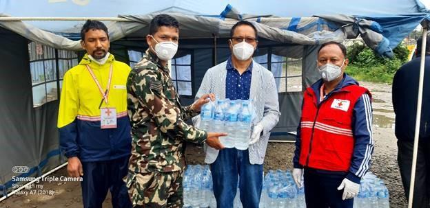 एनआरएनएद्वाराहोल्डिङ सेन्टरहरुमा पिउने पानी वितरण