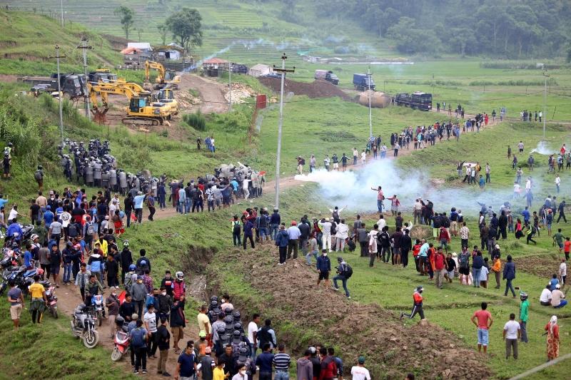 खोकनामा प्रहरी र स्थानीयवासी झडप