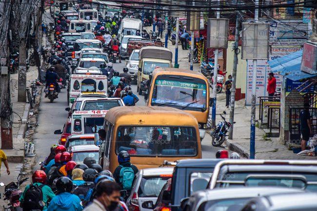 कोरोनाको जोखिम बढिरहेका बेला काठमाडौंका सडकमा सवारी जाम (फोटोफिचर)
