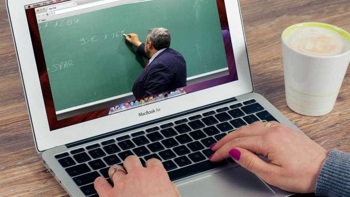 भर्चुअल कक्षाका लागि शिक्षकलाई ल्यापटप अनुदान