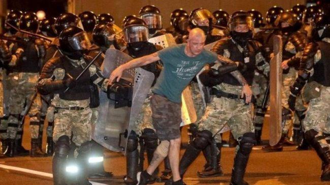 बेलारुसमा राष्ट्रपतिविरुद्ध प्रदर्शन, प्रहरी र प्रदर्शनकारीबीच भिडन्त